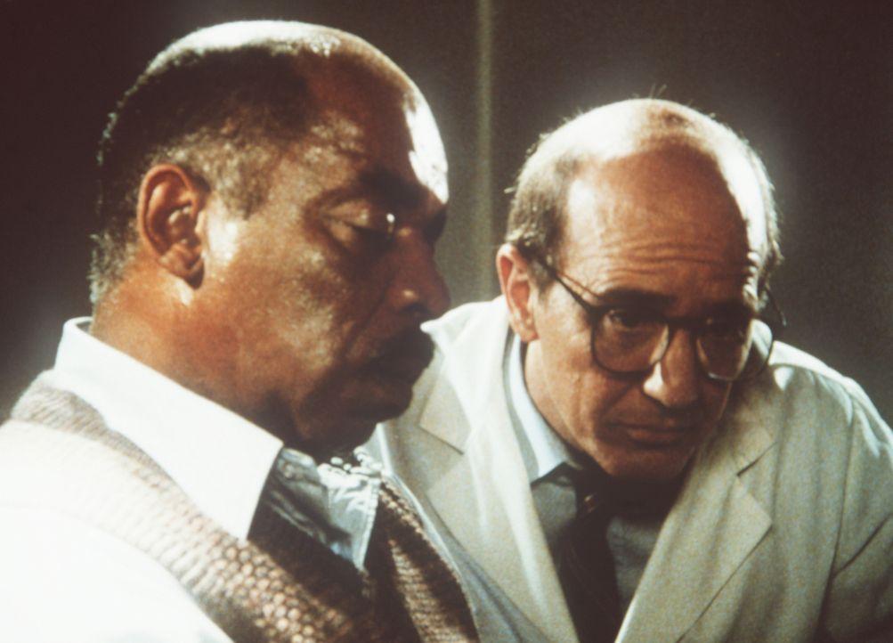 Trotz des ausdrücklichen Verbots seiner Vorgesetzten macht sich Lees Chef Billy Melrose (Mel Stewart, l.) an die Aufklärung des Falls - und wird pro...