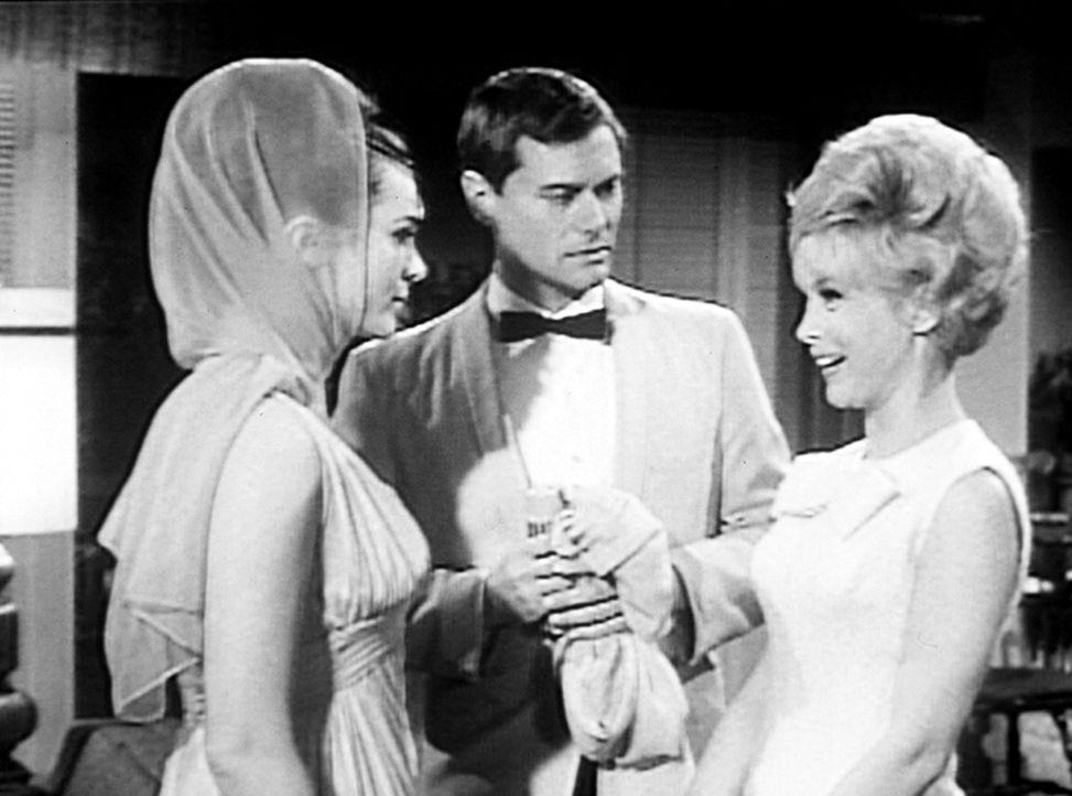 Jeannie (Barbara Eden, r.) glaubt, Prinzessin Tarji (Gila Golan, l.) nicht töten zu müssen, weil Tony (Larry Hagman, M.) ihr erzählt hat, sie sei ei... - Bildquelle: Columbia Pictures