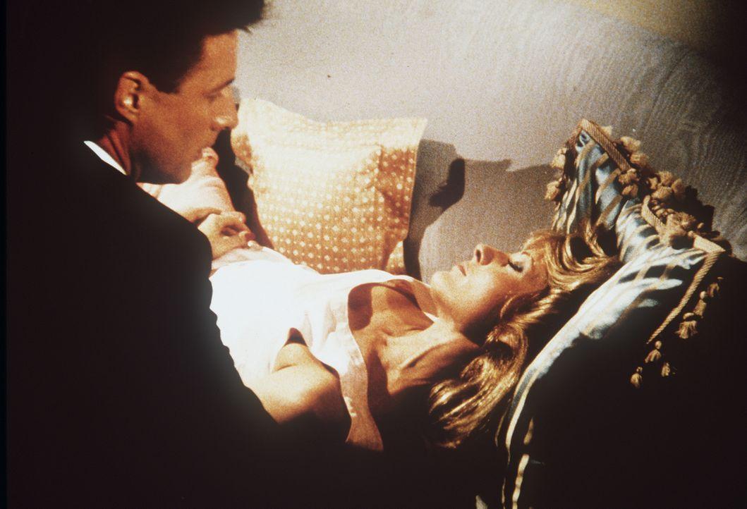 In letzter Minute kann Lee (Bruce Boxleitner, l.) die ohnmächtige Elisa Danton (June Chadwick, r.) aus ihrem brennenden Schlafzimmer retten ...
