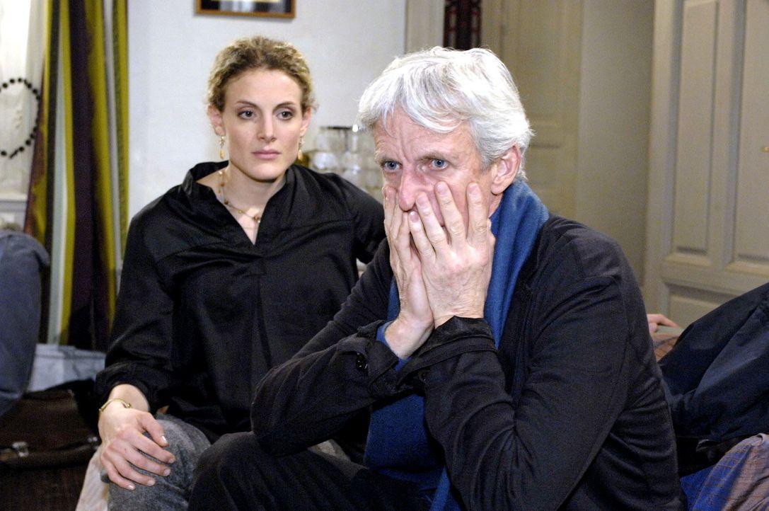 Robert (Mathieu Carrière, r.) ist geschockt über Majas (Barbara Lanz, l.) Eröffnung, dass er nicht der Vater des Kindes ist. - Bildquelle: Oliver Ziebe Sat.1