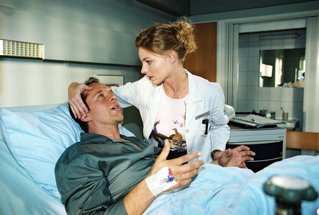 Erst als sich Bens (Jochen Horst, l.) Zustand dramatisch verschlechtert, gibt Paula (Julia Grimpe, r.) ihre sture Haltung auf und ist sehr besorgt u... - Bildquelle: Monika Schürle Sat.1