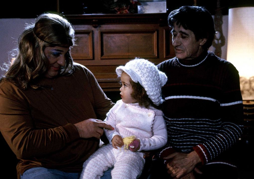 Seit 35 Jahren Mama (Heinz Hoenig, l.) und Papa (Rolf Zacher, r.)! Doch ihr Ziehsohn Ferdinand benimmt sich, beeinflusst durch sein Elternhaus, wie... - Bildquelle: ProSieben ProSieben