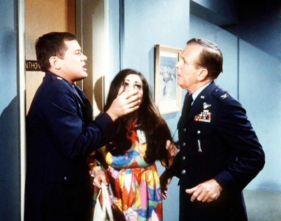 Dr. Bellows (Hayden Rorke, r.) wundert sich, wie Tony (Larry Hagman, l.) mit einer schönen Frau umgeht. Tony glaubt aber, dass er sich nicht mit Bon... - Bildquelle: Columbia Pictures