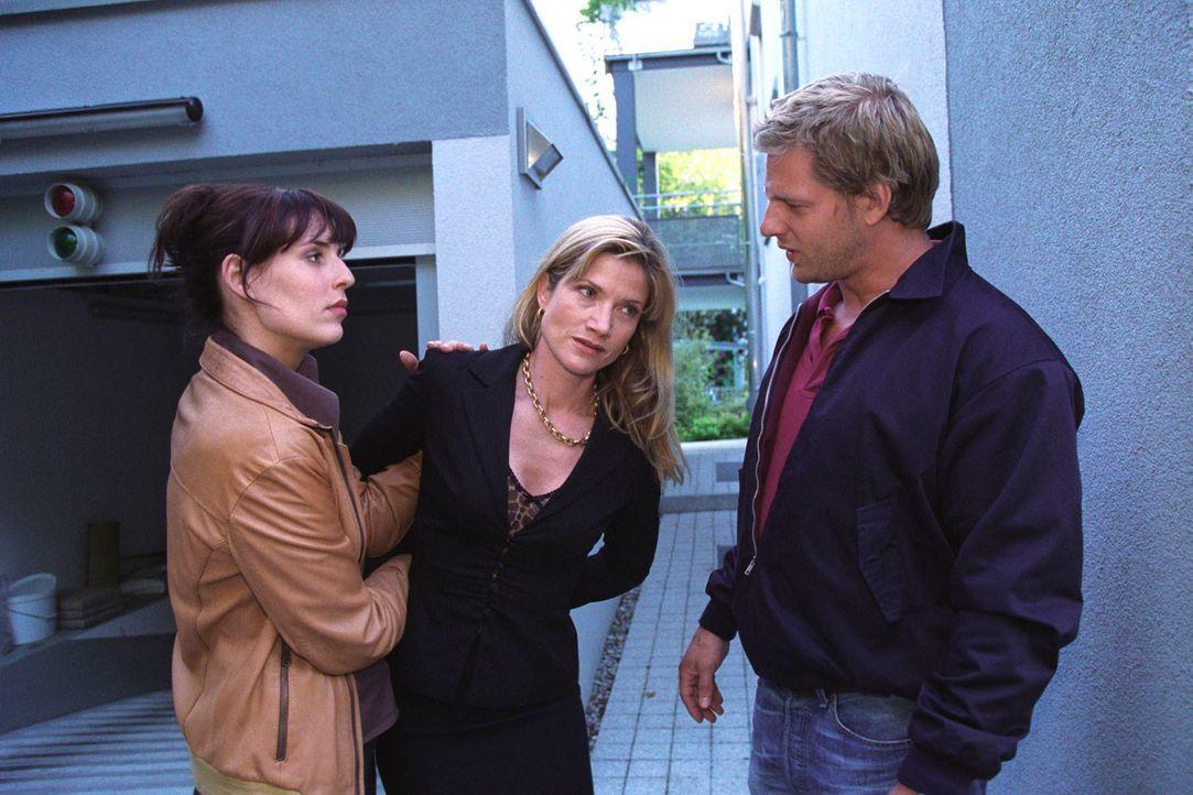 Als Jessica Meissen (Astrid M. Fünderich, r.) fliehen will, können Nina (Elena Uhlig, l.) und Leo (Henning Baum, r.) sie im letzten Moment schnappen... - Bildquelle: Christian A. Rieger Sat.1