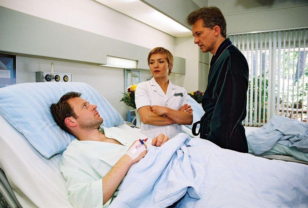 Ahnungslos bittet Stephanie (Claudia Schmutzler, M.) ausgerechnet Wolfgang Antonie (Thomas Schücke, r.), sich ein bisschen um den Patienten Manfred... - Bildquelle: Monika Schürle Sat.1