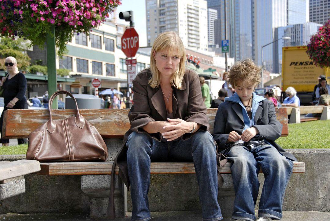 Oliver (Joel Eisenblätter, r.) ist traurig und gesteht seiner Mutter (Katharina Böhm, l.), dass er sich einen neuen Vater wünscht. - Bildquelle: Jason Ganwich Sat.1