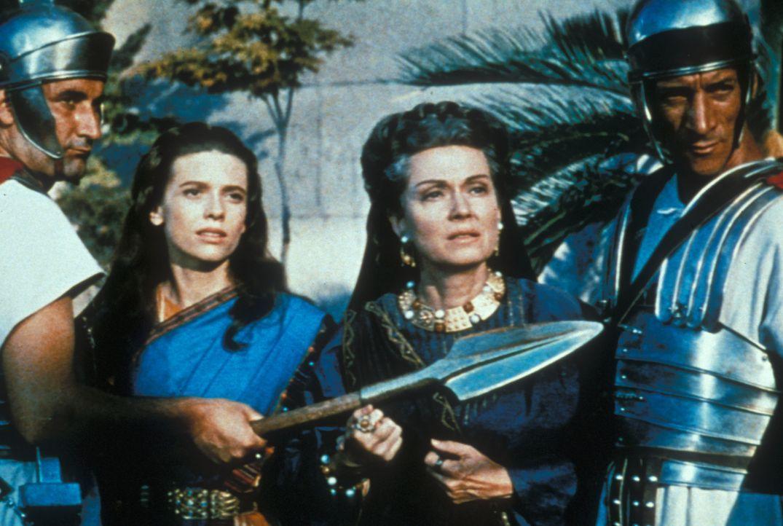 Messala lässt Ben Hurs Mutter Miriam (Martha Scott, 2.v.r.) und seine Schwester Tirzah (Cathy O'Donnell, 2.v.l.) gefangen nehmen ... - Bildquelle: Metro-Goldwyn-Mayer (MGM)