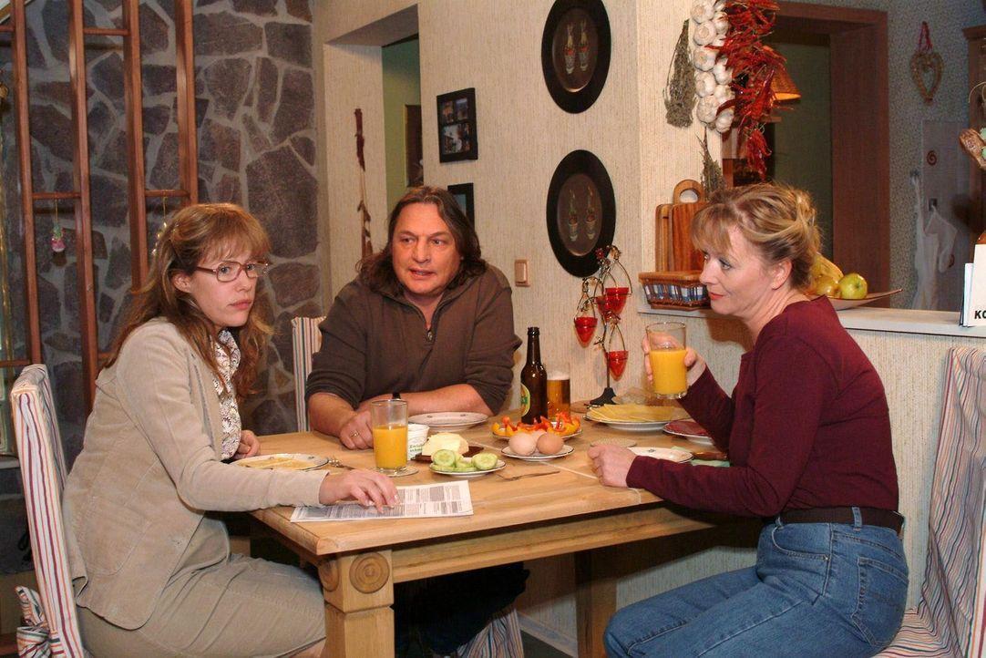 Am Abend berichtet die geknickte, aber keineswegs gebrochene Lisa (Alexandra Neldel, l.) ihren Eltern Helga (Ulrike Mai, r.) und Bernd (Volker Herol... - Bildquelle: Monika Schürle Sat.1
