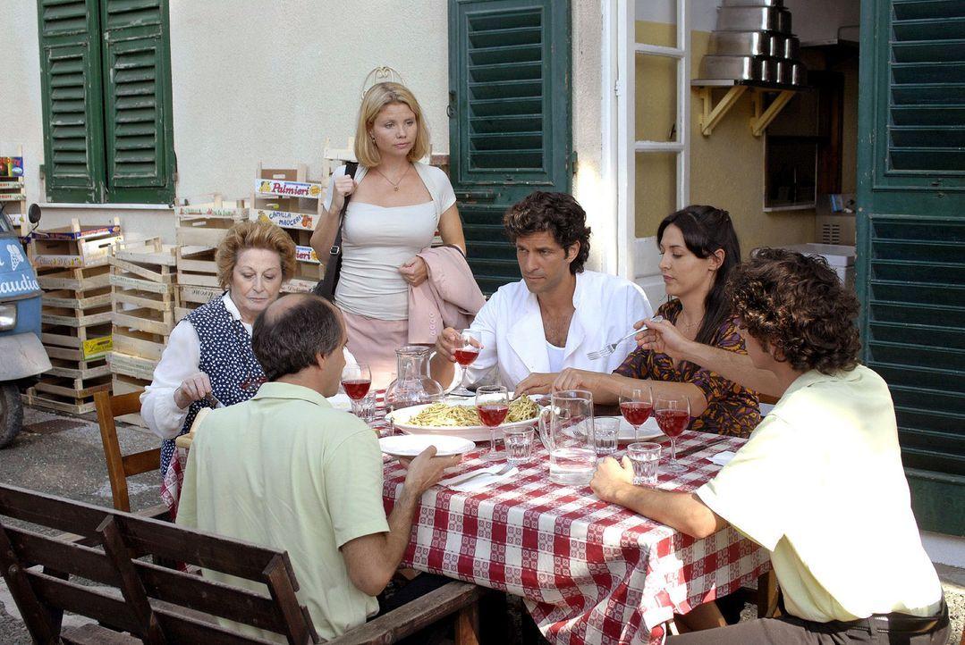 Fabio und seine Eisdielen-Belegschaft sind nicht gerade begeistert über Lissy Anwesenheit. v.l.n.r.: Luca (Vincenzo Zampa), Marja, Lissy (Annette Fr... - Bildquelle: Hardy Brackmann Sat.1