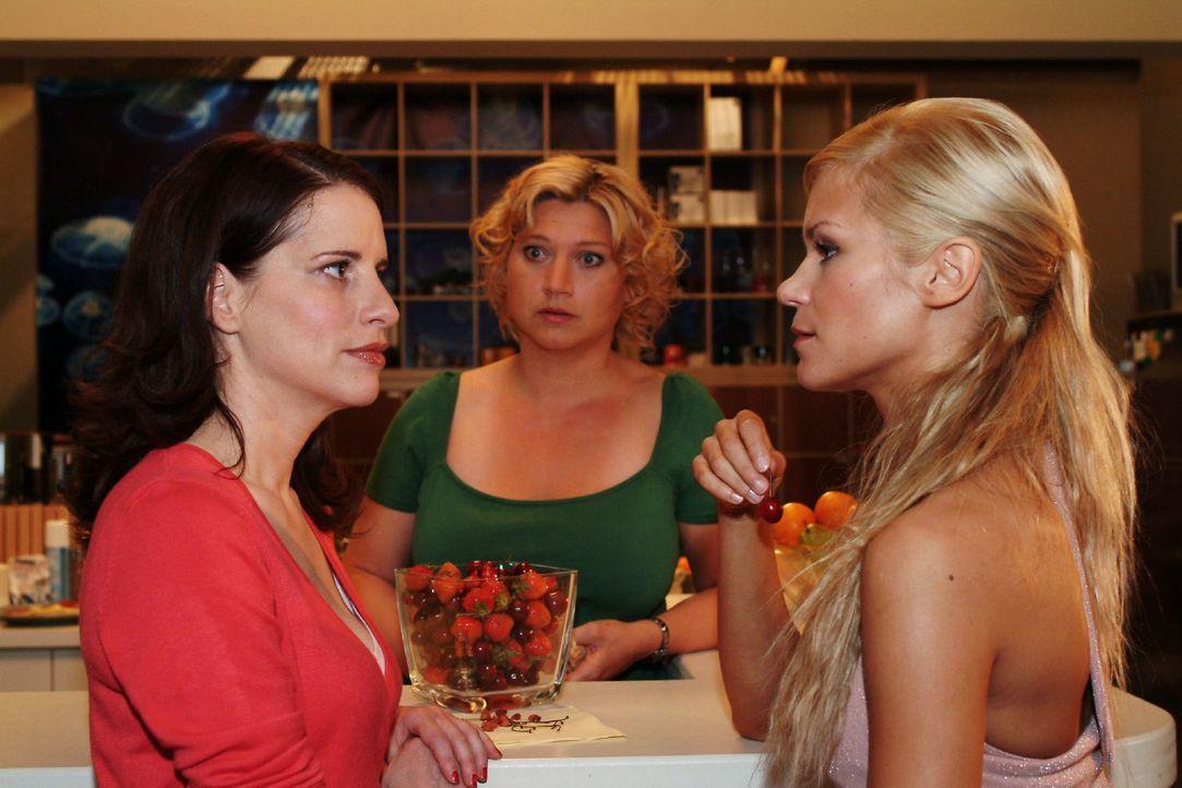 Inka (Stefanie Höner, l.) legt sich mit Sabrina (Nina-Friederike Gnädig, r.) an, als diese Agnes (Susanne Szell, M.) anweisen will, die Kaffeemaschi... - Bildquelle: Monika Schürle Sat.1