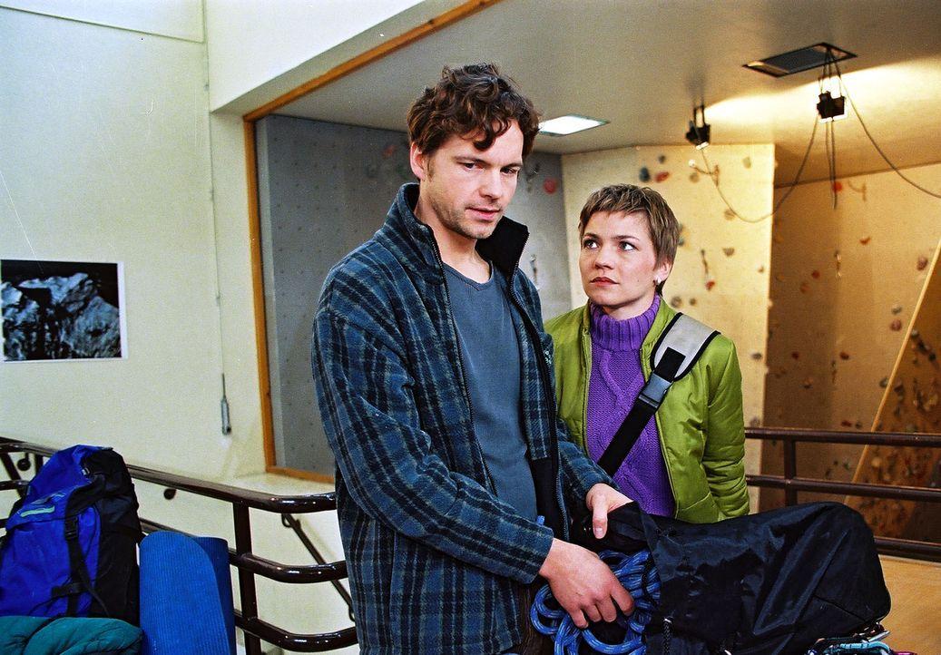 Lars (Felix Theissen, l.) macht sich schwere Vorwürfe, da er eine starke Mitschuld an dem Unfall seiner Frau trägt. Stephanie (Claudia Schmutzler, r... - Bildquelle: Noreen Flynn Sat.1