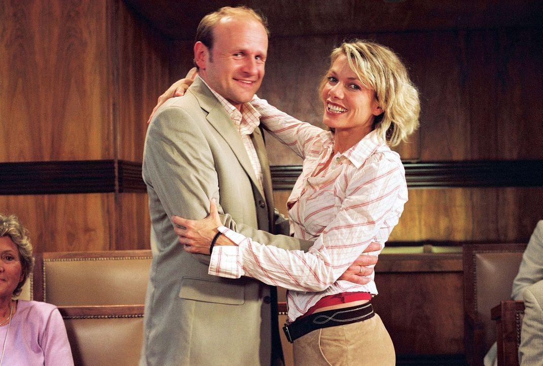 Simone (Ursula Karven, r.) überrascht ihren Ex-Mann Stefan (Oliver Stokowski, l.) mit einem süßen Geheimnis ... - Bildquelle: Krumwiede Sat.1