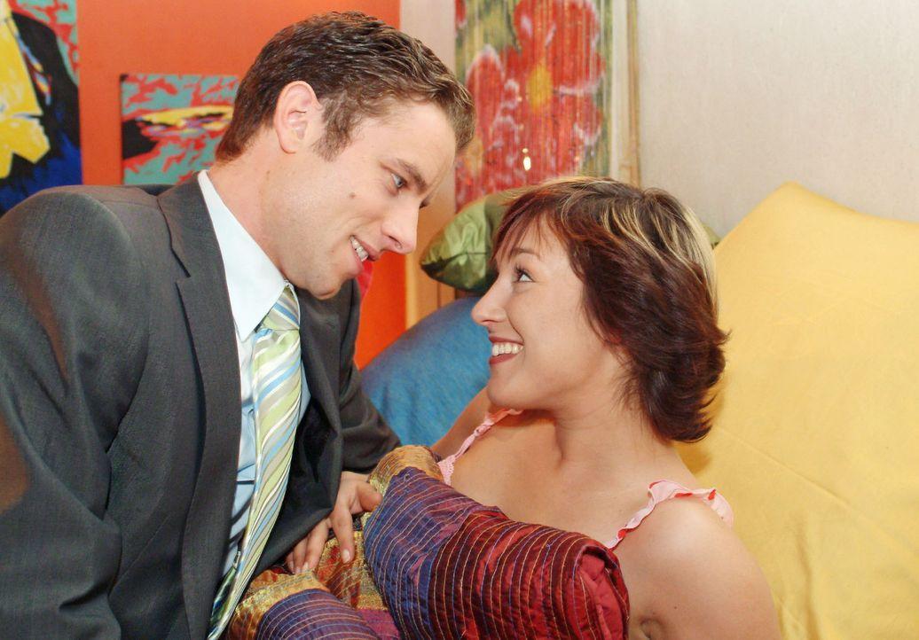 Yvonne (Bärbel Schleker, r.) ist überglücklich, als Max (Alexander Sternberg, l.) sie endlich offiziell zu seiner Feier einlädt und sich damit auch... - Bildquelle: Monika Schürle Sat.1