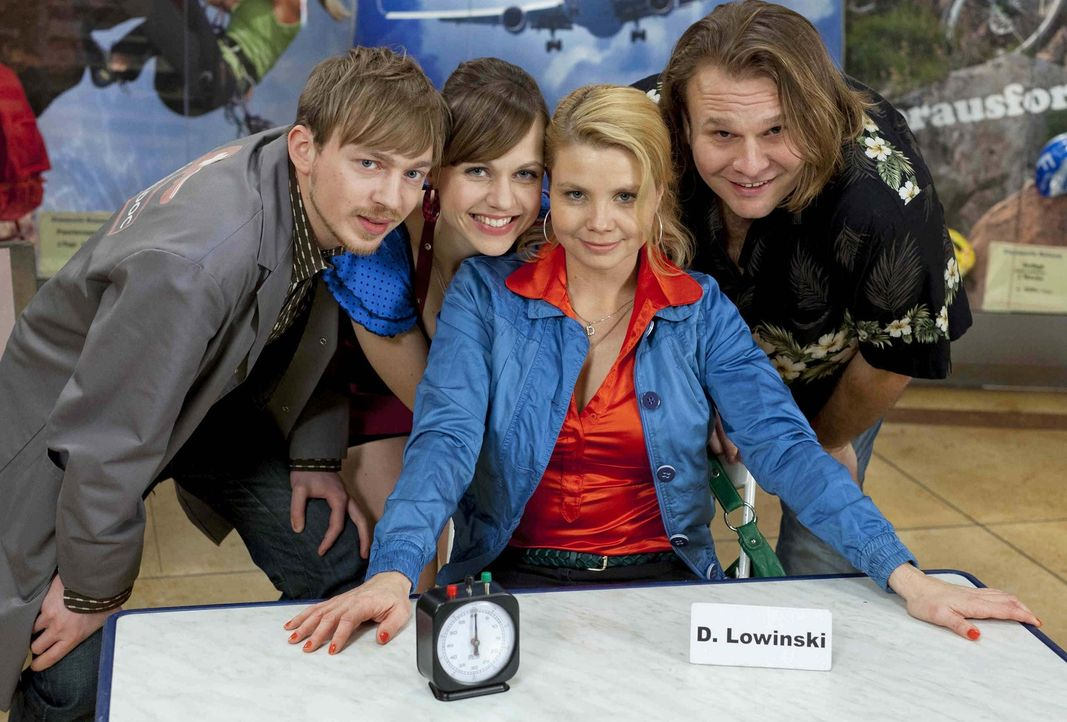 (3. Staffel) - Gemeinsam kämpfen Danni (Annette Frier, 2.v.r.), Bea (Nadja Becker, 2.v.l.), Nils (Oliver Fleischer, r.) und Hannes (Tino Mewes, l.)... - Bildquelle: Frank Dicks SAT.1