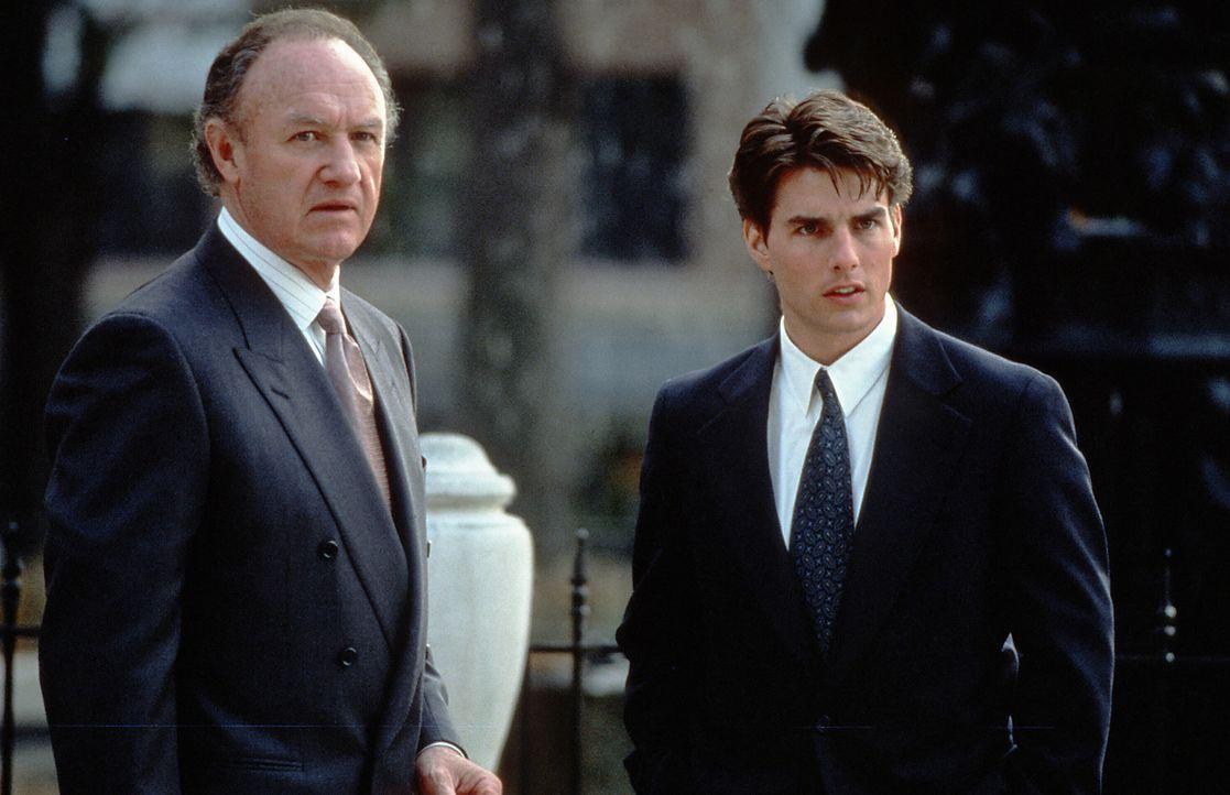Der äußerst engagierte Anwalt, Avery Tolar (Gene Hackman, l.), kann die Augen nicht von Mitch McDeeres (Tom Cruise, r.) hübscher Frau lassen. Ob McD... - Bildquelle: Paramount Pictures