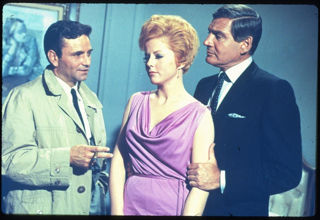 (v.l.n.r.) Columbo (Peter Falk); Joan Hudson (Katherine Justice); Dr. Ray Flemming (Gene Barry) - Bildquelle: 1967 Universal City Studios, Inc. All Rights Reserved.