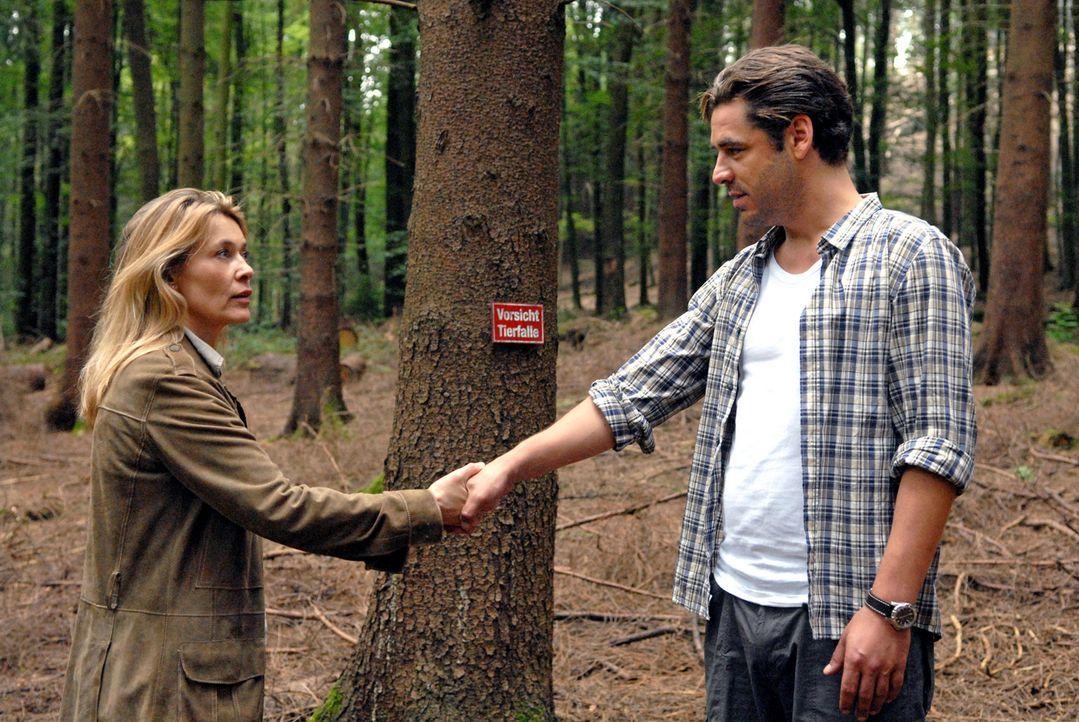 Im Wald trifft Christiane (Barbara Rudnik, l.) erneut auf ihren Nachbarn Stefan Seydlitz (Tobias Oertel, r.). - Bildquelle: Martin Menke Sat.1