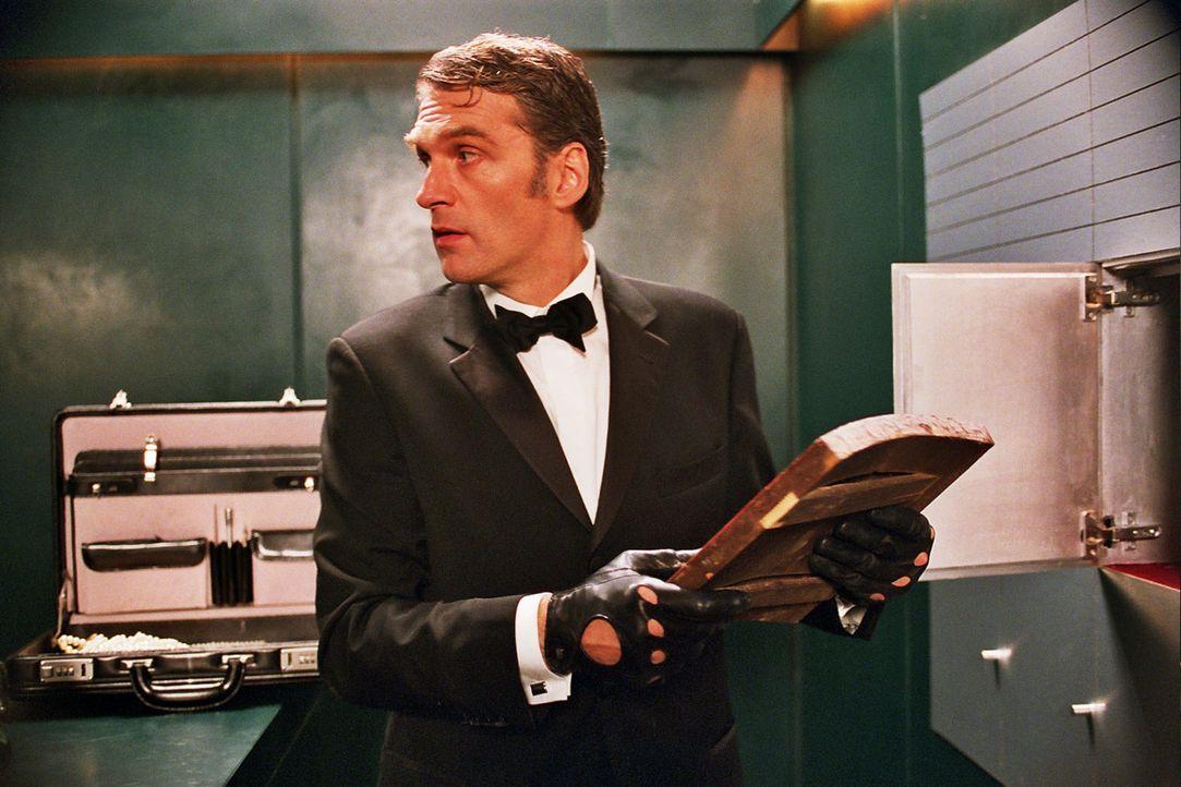 """Max Kerner (Walter Sittler) ist der """"Fuchs"""" - ein Mann mit zwei Gesichtern: Tagsüber gibt er den biederen Antiquar, doch nachts verwandelt er sich e... - Bildquelle: Jacqueline Krause-Burberg Sat.1"""
