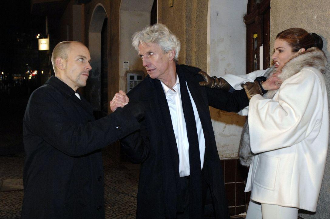 Als Robert (Mathieu Carrière, M.) nach der Preisvergabe auf Natascha (Franziuska Matthus, r.) trifft, entlädt sich seine ganze Wut. Gerrit (Lars Löl... - Bildquelle: Oliver Ziebe Sat.1