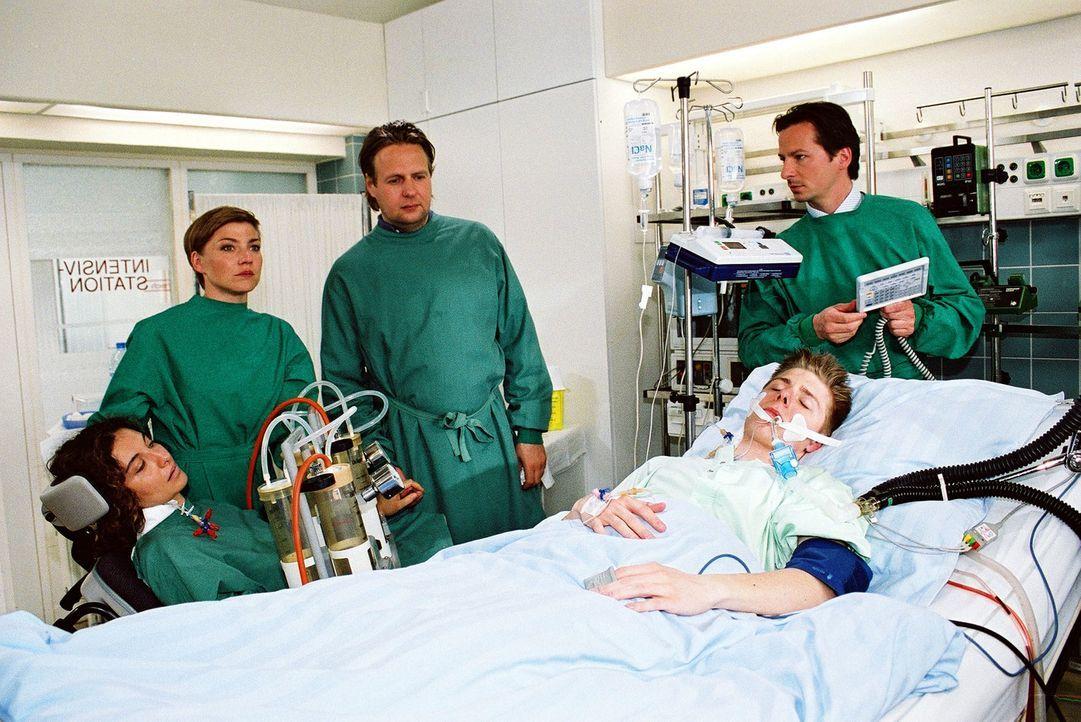 Fassungslos steht Andreas (Steffen Münster, M.) am Krankenbett seines schwer verletzten Sohnes Benni (Lucas Lerch, 2.v.r.). Er kann kaum glauben, da... - Bildquelle: Monika Schürle Sat.1