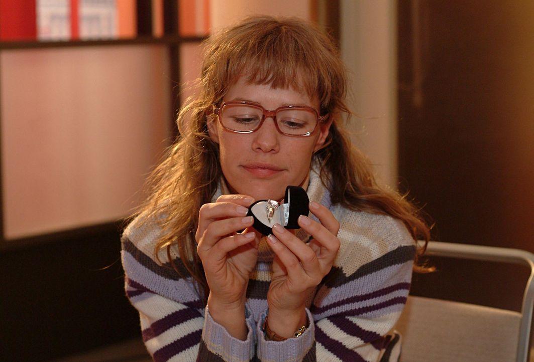 Lisa (Alexandra Neldel) begutachtet verträumt den Ring, den sie in Davids Auftrag für Mariella abgeholt hat. Wie sehr würde sie sich über ein solch... - Bildquelle: Monika Schürle Sat.1