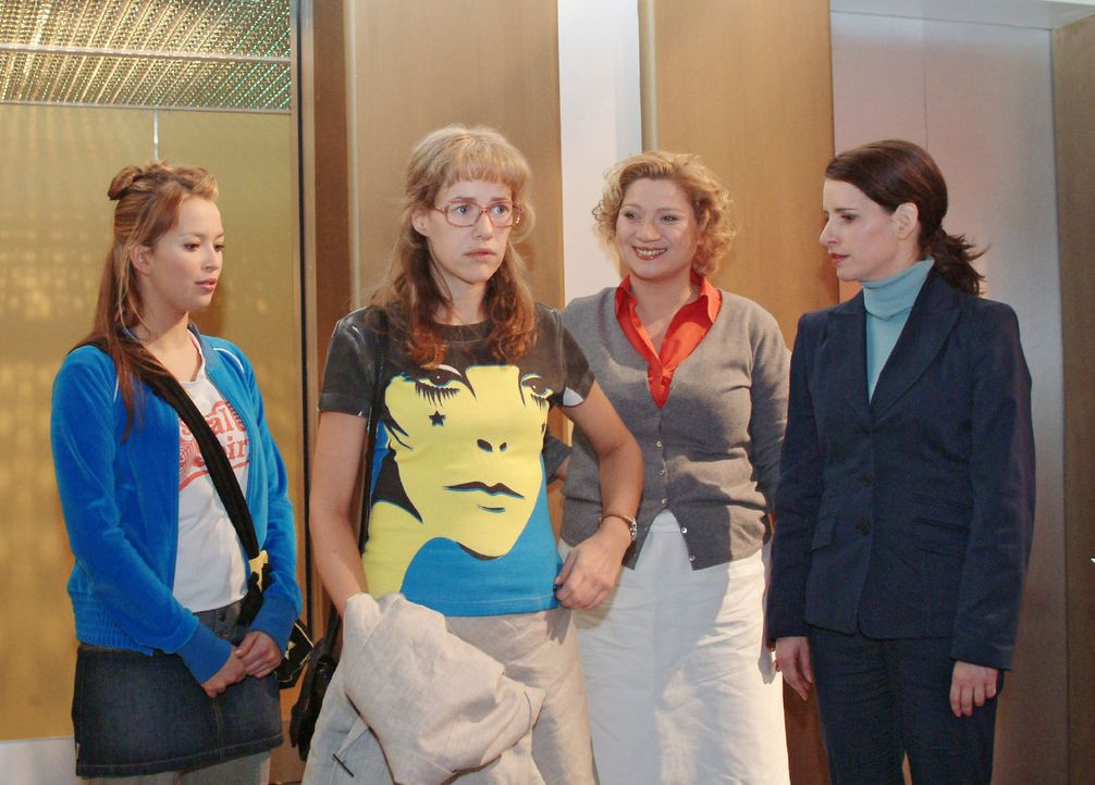 Lisa (Alexandra Neldel, 2.v.l.) ist peinlich berührt, als sie nach der Blamage am vorangegangenen Abend mit geliehenem T-Shirt im Mittelpunkt des In... - Bildquelle: Monika Schürle Sat.1