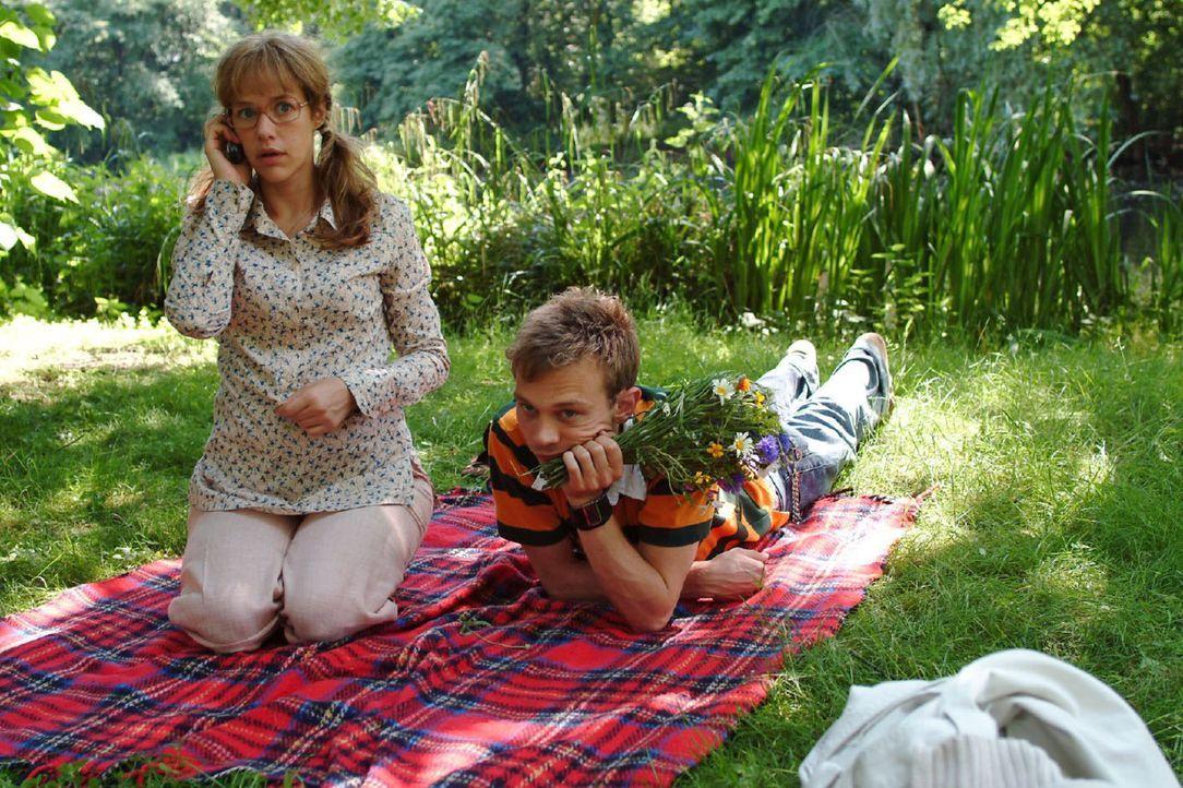 Lisas (Alexandra Neldel, l.) und Jürgens (Oliver Bokern, r.) harmonischer Ausflug ist vorbei, als David auf Lisas Handy anruft. (Dieses Foto von Ale... - Bildquelle: Monika Schürle Sat.1