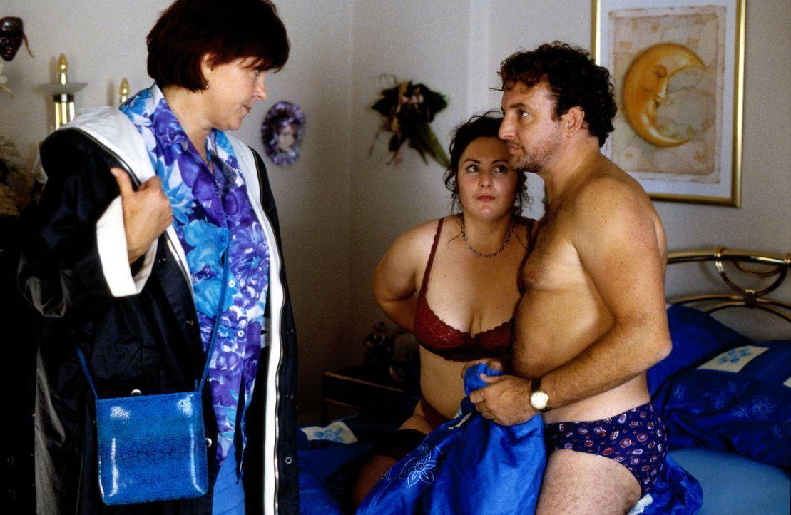 Irmchen (Elfi Eschke, l.) erwischt ihren Mann Freddy (Marco Rima, r.) mit Jeanette (Sanne Schnapp, M.) und setzt ihn gnadenlos vor die Tür. - Bildquelle: Ruhnau Sat.1