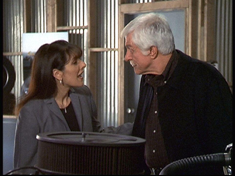 Mark (Dick Van Dyke, r.) unterhält sich mit Mary Ann Eagin (Marina Sirtis, l.), der Besitzerin des Rennstalls, über den Unfalltod ihres Spitzenfahre... - Bildquelle: Viacom