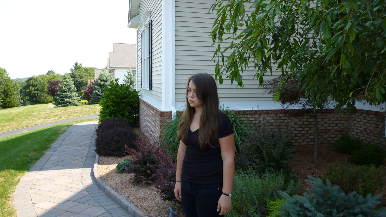 Karen (Darstellerin unbekannt) gilt als seltsame Außenseiterin und trotzdem schließt sie mit den beiden Geschwistern Hannah und Jennah aus der Nachb... - Bildquelle: Kate Findlay-Shirras Atlas Media, 2011