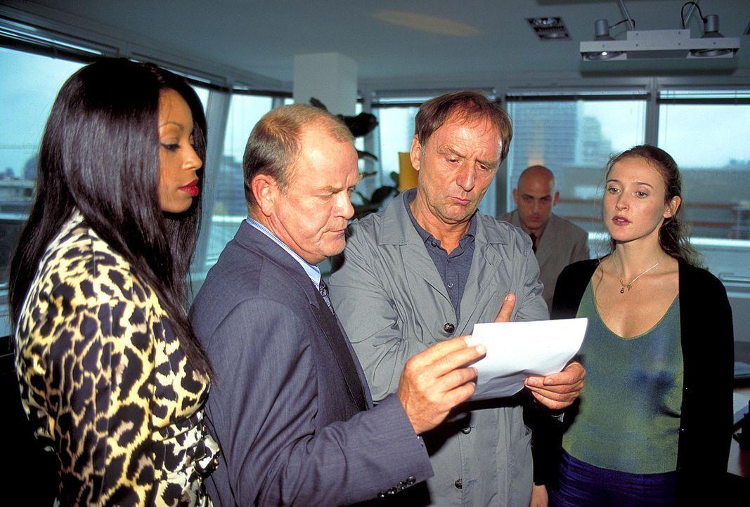 Ohne Rücksicht auf Verluste schmieden Robert Beluga (Dieter Mann, 2.v.l.) und Esther (Rosalind Baffoe, l.) einen hinterhältigen Plan, der aufzugehen... - Bildquelle: Wolfgang Jahnke ProSieben