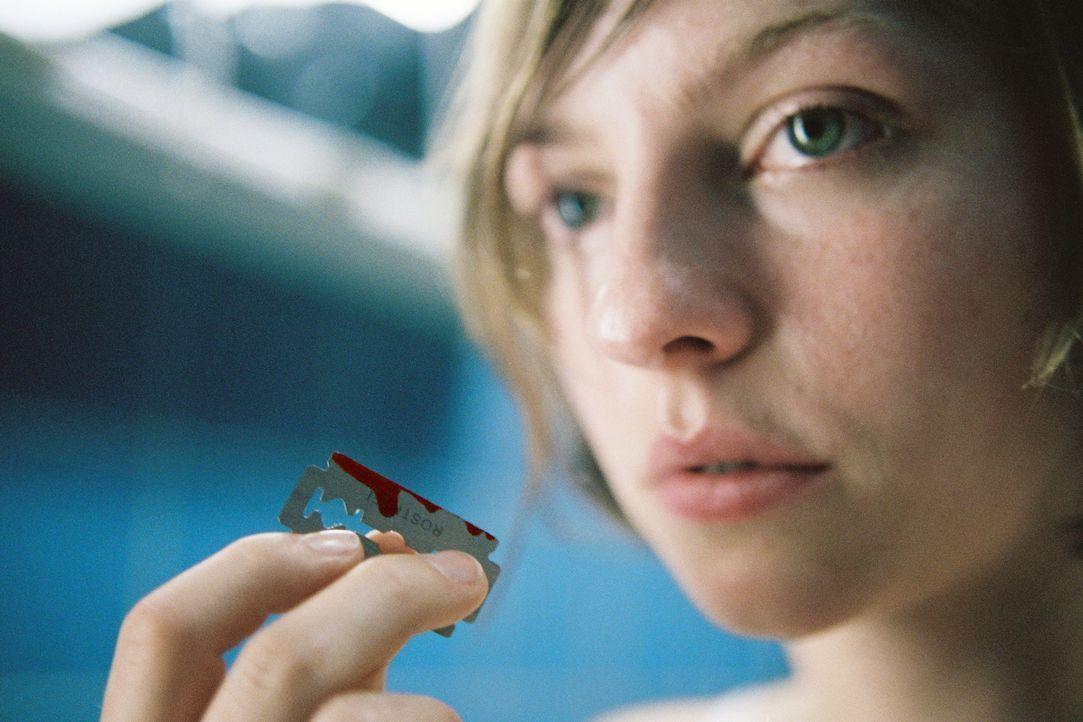 Die labile Anja (Katharina Schüttler) fügt sich selber Schmerz zu. - Bildquelle: Tom Trambow Sat.1
