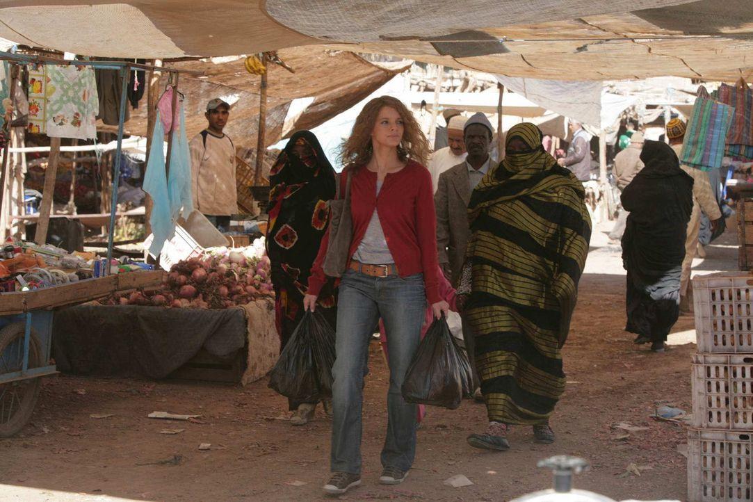 Um im Sudan nicht länger aufzufallen, macht sich Karla (Yvonne Catterfeld, l.) zum Bazar auf. Dort kauft sie sich eine Burka und Haarfärbemittel. Au... - Bildquelle: Sife Elamine und Claudia Rump SAT.1