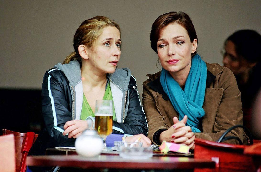 Therese (Aglaia Szyszkowitz, r.) versucht mit allen Mitteln Manu (Barbara Philipp. l.) gegen ihre Freundinnen aufzuhetzen. - Bildquelle: Hardy Spitz Sat.1