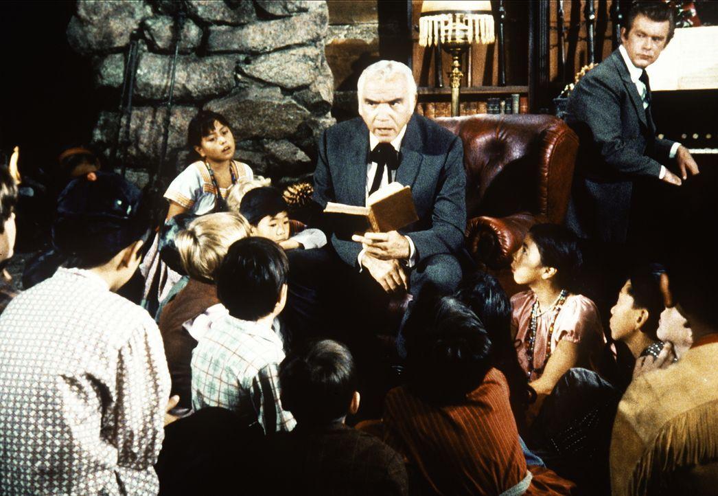 Ben Cartwright (Lorne Greene, M.) feiert mit den Kindern des Waisenhauses das Weihnachtsfest. - Bildquelle: Paramount Pictures