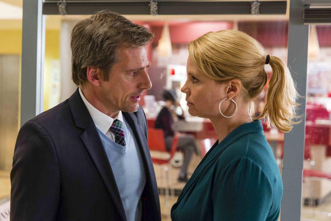 Danni (Annette Frier, r.) soll August (René Steinke, l.) in einem Mordfall helfen. Doch wird Danni annehmen, wenn sie erfährt, wer der Verdächtige i... - Bildquelle: Frank Dicks SAT.1