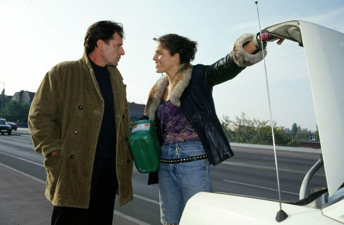 So etwas hat Benjamin (Max Tidof, l.) noch nicht erlebt: Julia (Jasmin Gerat, r.), der Fahrerin seines Taxis, ist das Benzin ausgegangen ... - Bildquelle: Rolf Baumann Sat.1