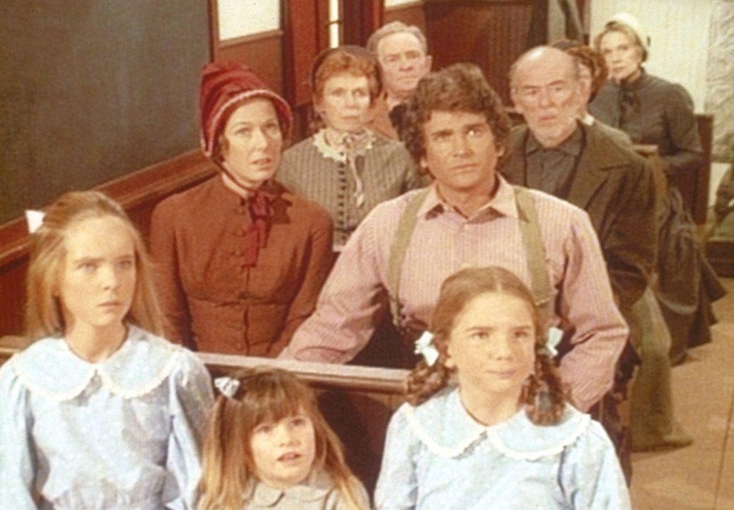 Charles (Michael Landon, M.) und seine Familie erfahren beim Gottesdienst, dass ein Mitglied der Gemeinde an Typhus gestorben ist. - Bildquelle: Worldvision