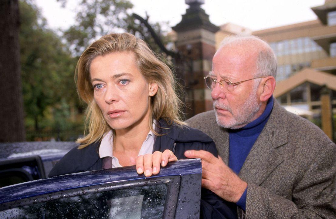 Ein furchtbarer Verdacht keimt in Karen (Barbara Rudnik, l.) auf: Die Morde scheinen direkt mit ihr in Zusammenhang zu stehen. Weiß Prof. Hübner (Jo... - Bildquelle: Spitz Sat.1