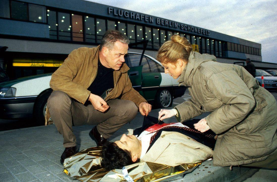 Kommissar Wolff (Jürgen Heinrich, l.) lässt sich von der Kriminaltechnikerin (Daniela Ziemann, r.) über die ersten Erkenntnisse über den Mord an ein... - Bildquelle: Bienert Sat.1