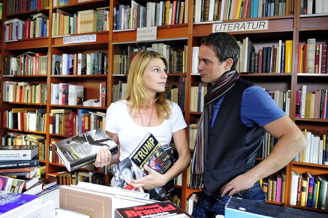 Auf der Suche nach einer Inspiration für seine Biografie trifft Martin (Ralf Bauer, r.) unverhofft auf die literaturinteressierte Claudia (Sophie Sc... - Bildquelle: Christiane Pausch Sat.1
