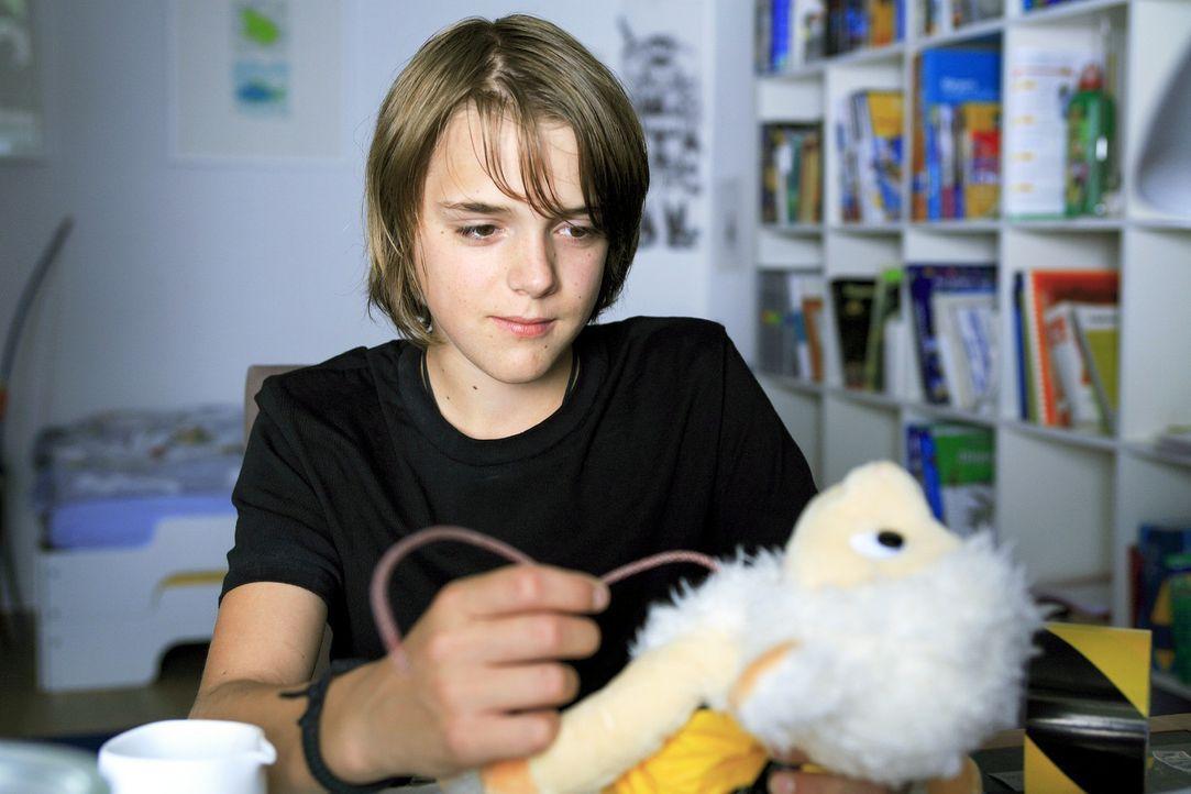 Moritz (Johann Hillmann) ist zwar ein Außenseiter, aber seine Kreativität kennt keine Grenzen. Er nimmt eines seiner Stofftiere, schneidet es auf un... - Bildquelle: Christian Hartmann Sat.1
