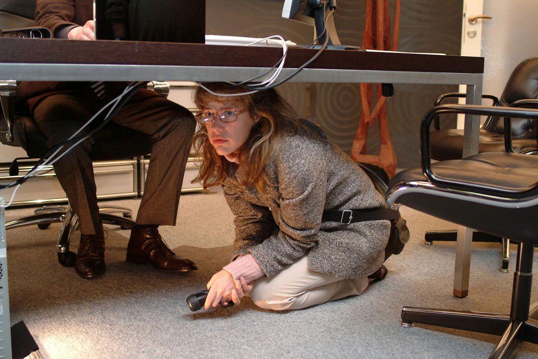 """Als Lisa (Alexandra Neldel, r.) in Richards (Karim Köster, l.) Büro spioniert, wird sie von ihm überrascht - ihr gelingt die """"Flucht"""" unter den Schr... - Bildquelle: Monika Schürle Sat.1"""