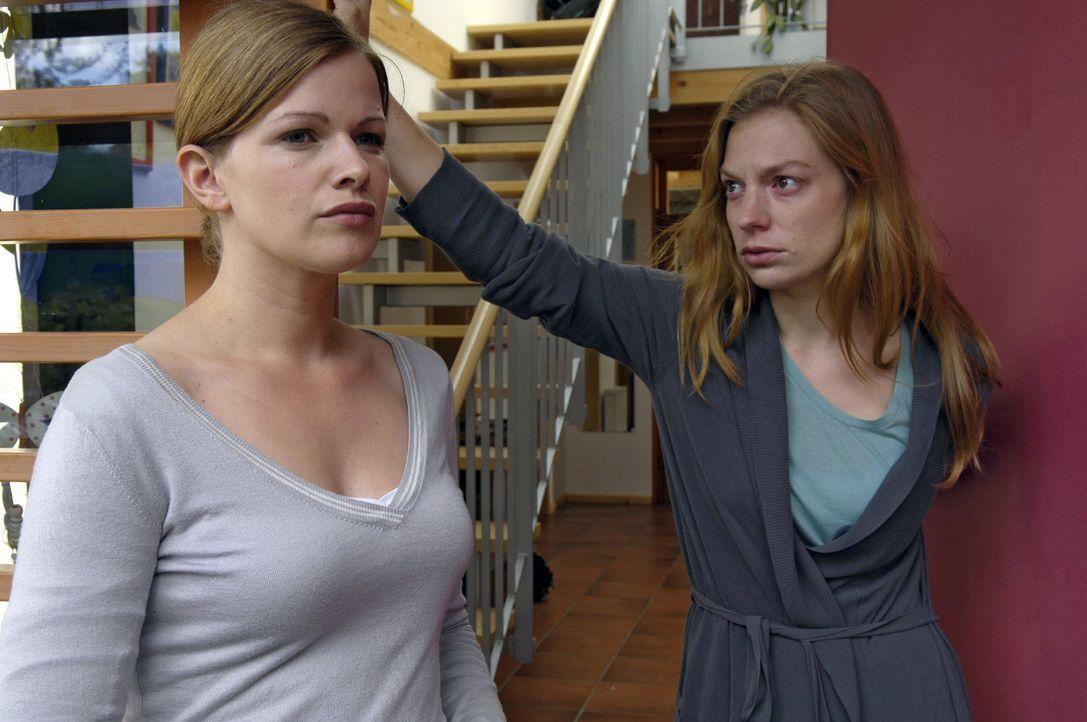 Lisa (Mira Bartuschek, l.) will sich bei Nicki (Britta Horn, r.) entschuldigen, dass sie ihre Affäre mit Stephan verraten hat. Doch Nicki will nicht... - Bildquelle: Britta Krehl Sat.1