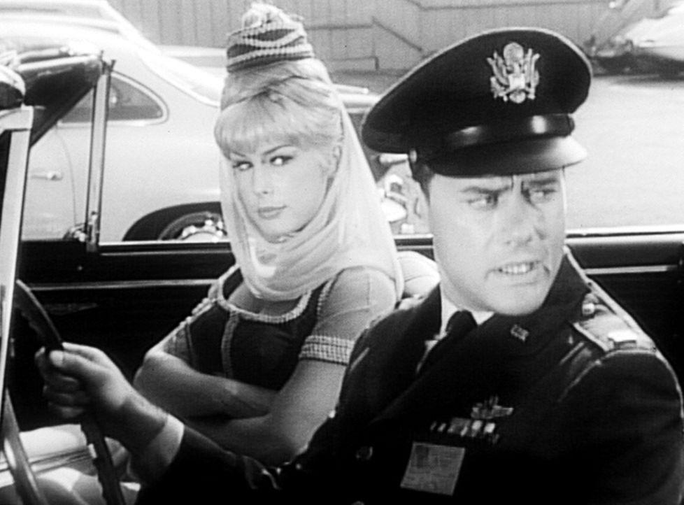 Tony (Larry Hagman, r.) hat Besuch von einer früheren Freundin bekommen, deshalb verfolgt Jeannie (Barbara Eden, l.) ihn auf dem NASA-Gelände und st... - Bildquelle: Columbia Pictures