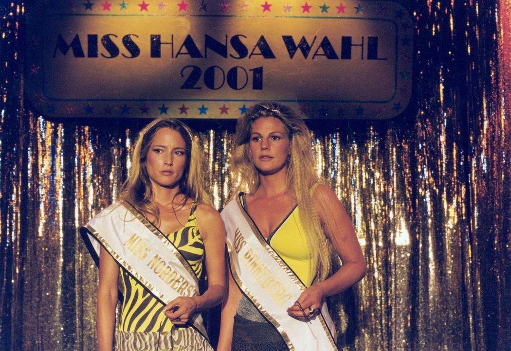 Stella (Sophie Schütt, r.) und ihre Freundin Inga (Florentine Lahme, l.) setzen ihre ganze Hoffnung auf den Hauptgewinn bei der Miss Hansa Wahl: ein... - Bildquelle: Wolfgang Meier Sat.1