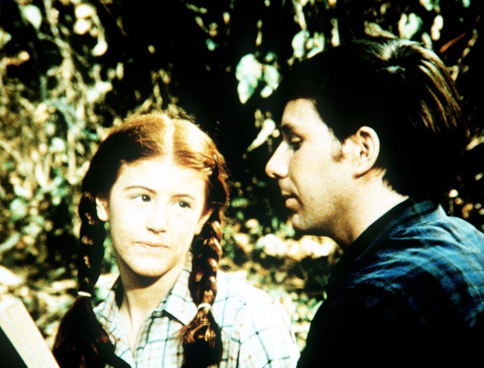 Elizabeth (Kami Cotler, l.) freut sich, dass der neue Reverend von Waltons Mountain, Andrew March (Sean T. Roche, r.), einige Zeit bei ihrer Familie... - Bildquelle: WARNER BROS. INTERNATIONAL TELEVISION