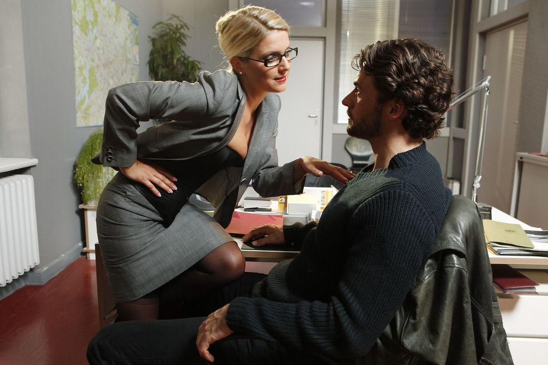 Eigentlich sollte Callgirl Lizzy (Jeanette Biedermann, l.) das Geschenk an einen Kollegen sein, doch im LKA angekommen, muss sie feststellen, dass G... - Bildquelle: Daniela Incoronato SAT.1