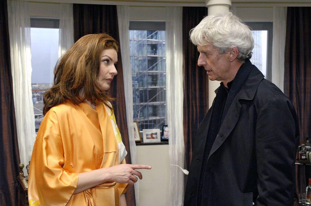 Robert (Mathieu Carrière, r.) stellt Natascha (Franziska Matthus, l.) zur Rede ... - Bildquelle: Oliver Ziebe Sat.1