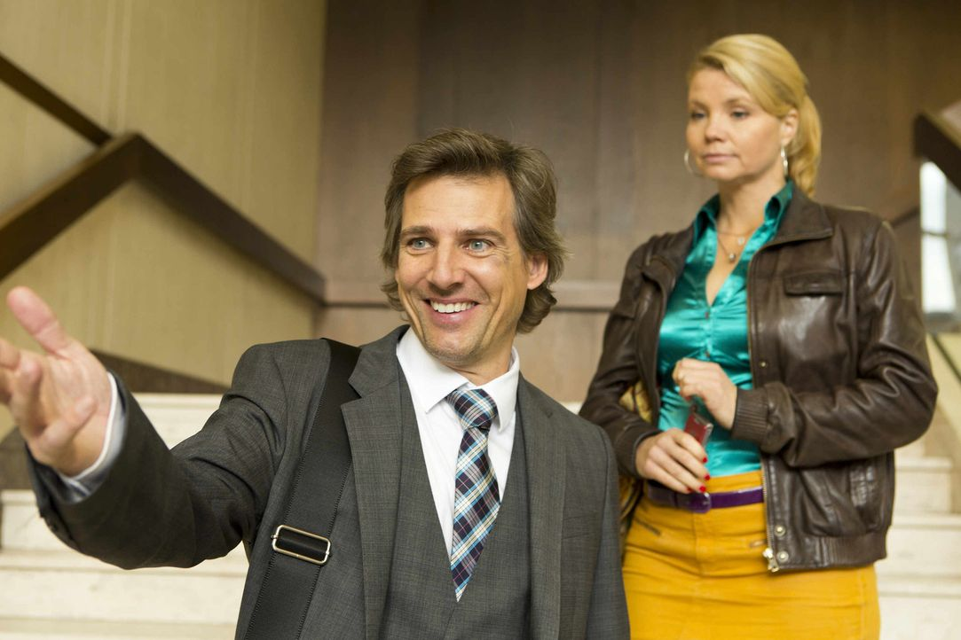 Staatsanwalt August von Grün (René Steinke, l.) hat sich nach der gemeinsamen Nacht mit Danni (Annette Frier, r.) in den Kürbissen klammheimlich ver... - Bildquelle: Frank Dicks SAT.1